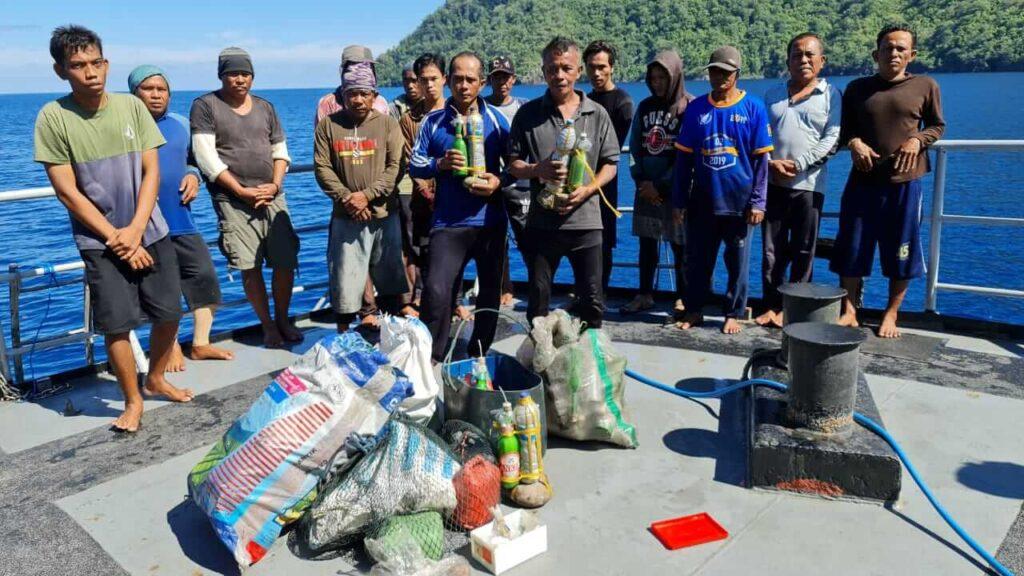 Nahkoda dan 14 ABK kapal pengebom ikan, KM. Nadia Jaya 01, ditangkap KRI Malahayati 362 di Pulau Serua, Kabupaten Maluku Barat Daya, Provinsi Maluku pada Selasa, (27/4/2021). Foto: Dokumentasi KRI Malahayati 362