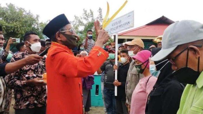 Tokoh Adat Ratschaap Kilmas Abdul Basir Maswatu melakukan ritual adat