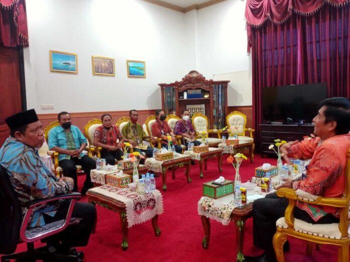 Suasana Pertemuan Walikota Tual Adam Rahayaan bersama Kepala LPP RRI dan Pejabat Struktural di ruang kerjan Walikota Tual. Kamis (3/5/2021). Foto: Mey Maturbongs