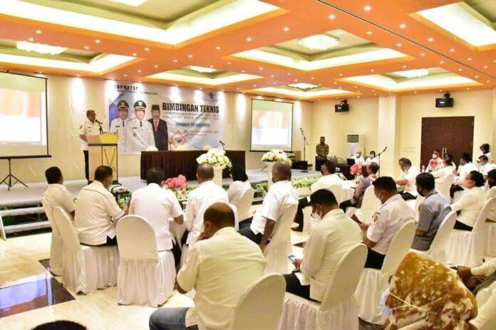 Bupati Maluku Tenggara M.Thaher Hanubun saat membuka Bimbingan Teknis LKPM dan OSS secara online di Hotel Grand Vilia Langgur, Rabu (9/6/2021).