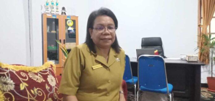 Kepala Dinas Pariwisata Kota Tual, Enggelina Heatubun saat diruang kerjanya, Rabu (9/6/2021). Foto: Mey Maturbongs.