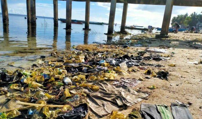 Kondisi Pantai Ohoi Tamedan, Kecamatan Dulah Utara, Kota Tual yang dipenuhi sampah plastik. Foto: Alex Welerubun