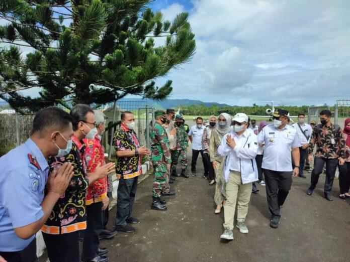 Menteri PPN/Kepala Badan Perencanaan Pembangunan Nasional (Bappenas), Suharso Monoarfa dan Menteri Kelautan dan Perikanan, Sakti Wahyu Trenggono tiba saat di Ambon, Provinsi Maluku. Kamis (17/6/2021)