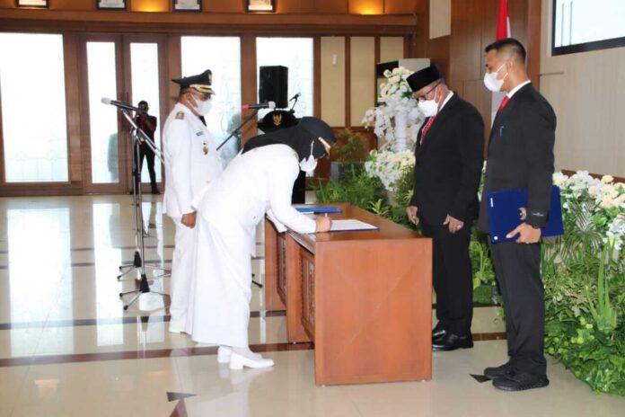 Gubernur Maluku Murad Ismail melantik Safitri Malik Soulisa dan Gerson Eliaser Selsily sebagai Bupati dan Wakil Bupati Kabupaten Buru Selatan (Bursel) periode 2021-2026 yang dilaksanakan di Aula lantai VII Kantor Gubernur, Selasa (22/6/2021).
