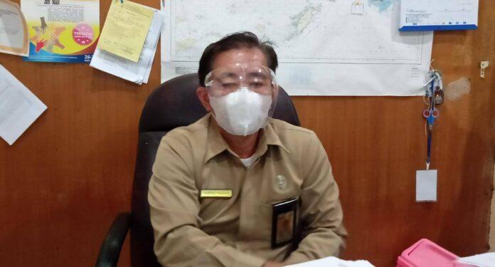 Plt. Kepala Dinas Kesehatan Kota Tual Drg Maxie M.B. Tinggogoy. Saat berada diruang kerjanya selasa, (22/6/21).