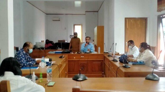 Rapat Badan Pembentukan Peraturan Daerah (Bapemperda) DPRD Kabupaten Maluku Tenggara dipimpin oleh Ketua Bapemperda Thomas Ulukyanan di ruang Komisi I, Selasa (27/7/2021). Foto: Labes Remetwa