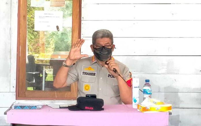 Bupati Maluku Tenggara M. Thaher Hanubun mensosialisasikan pemberlakuan pembatasan kegiatan masyarakat berbasis mikro (PPKM Mikro) di Malra, Jumat (9/7/2021). Foto: Labes Remetwa