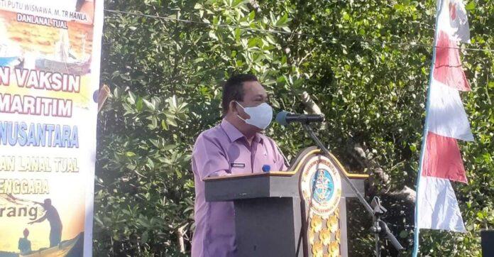 Staf Ahli Bupati Bidang Pemerintahan, Hukum dan Politik Andreas Savsavubun, membacakan sambutan Bupati pada acara serbuan vaksinasi yang digelar Lanal Tual di Ohoi Dian Darat, Kecamatan Hoat Sorbay, Kamis (1/7/2021). Foto: Labes Remetwa
