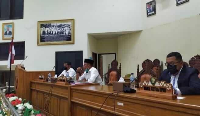 Ketua Badan Anggaran DPRD Kabupaten Maluku Tenggara (Ketua DPRD) Minduchri Kudubun memimpin rapat Banggar-TAPD dalam rangka penyampaian pandangan akhir fraksi terhadap Ranperda Pertanggungjawaban APBD tahun anggaran 2020, Kamis (29/7/2021). Foto: Tim IT Sekretariat DPRD Malra/Chada