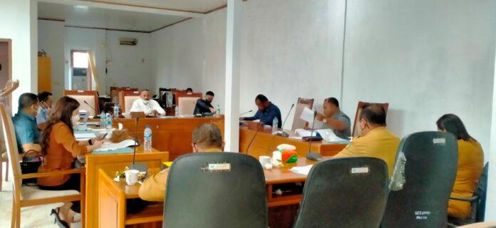 Suasana rapat pertanggungjawaban penggunaan anggaran Dinas Pendidikan di ruang Komisi II, Senin (19/7/2021). Foto: Labes Remetwa