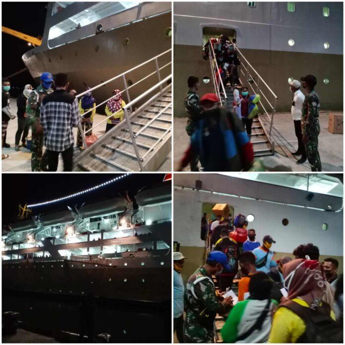 Satuan Tugas Angkutan Laut Satgas Covid-19 Kota Tual melakukan pemeriksaan terhadap 598 penumpang KM. Nggapulu, Senin (26/7/2021). Foto: Satgas Covid-19 Tual