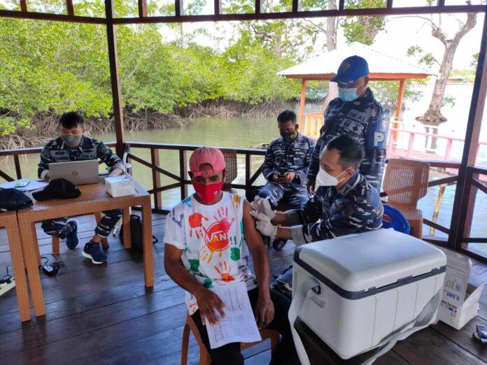 Pangkalan TNI Angkatan Laut (Lanal) Tual melanjutkan program vaksinasi maritim di Ohoi (Desa) Dian Darat, Kecamatan Hoat Sorbay, Kabupaten Maluku Tenggara (Malra), Senin (26/7/2021). Foto: Lanal Tual