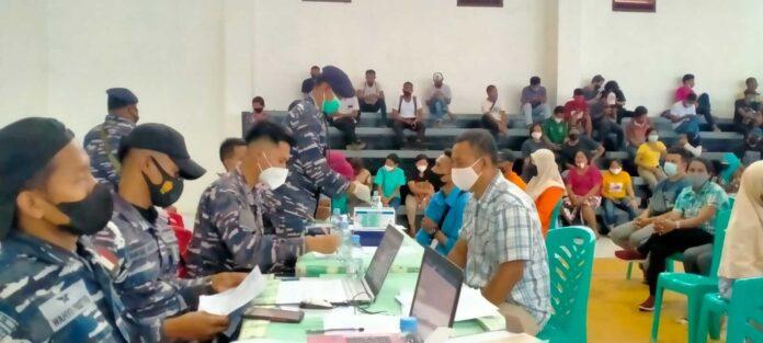 Pangkalan TNI Angkatan Laut (Lanal) Tual dan Pemerintah Kabupaten Maluku Tenggara (Malra) menggelar vaksinasi masal di Gedung Serbaguna Larvul Ngabal Malra, Sabtu (24/7/2021). Foto: Labes Remetwa