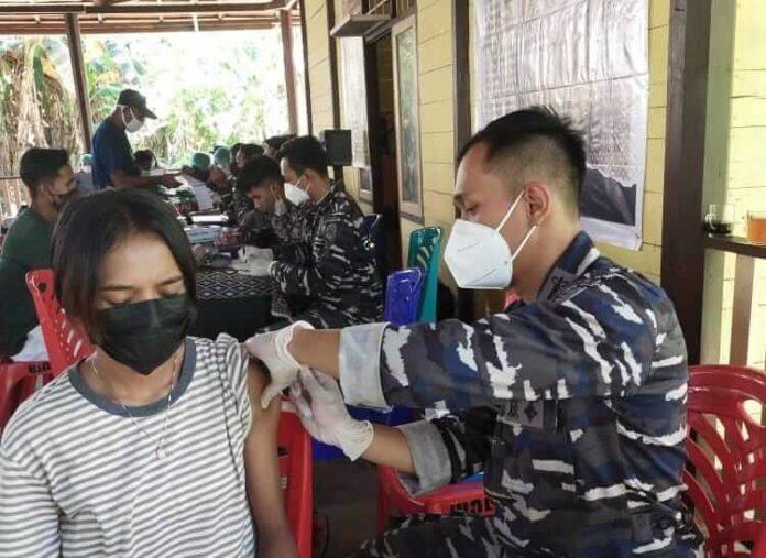 Vaksinasi maritim oleh Lanal Tual di Ohoi Wab Kecamatan Hoat Sorbay Kabupaten Maluku Tenggara, Senin (2/7/2021). Foto: Lanal Tual