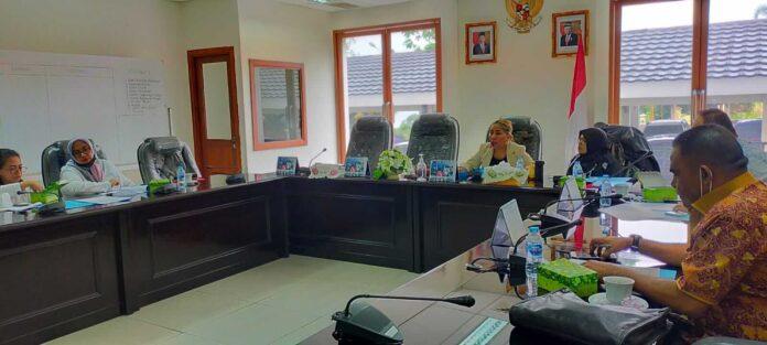 Komisi II DPRD Maluku menggelar rapat bersama mitra, Dinas Energi Sumber Daya Meneral (ESDM) dan Biro Hukum Setda Maluku . Rabu (8/9/21). Foto: Chintia Samangun