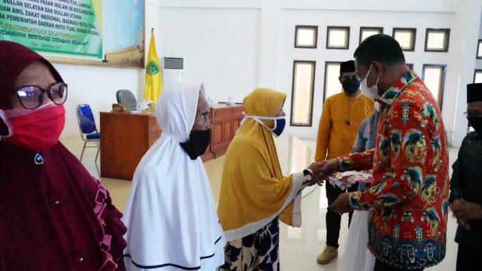Penyaluran Zakat, langsung oleh Wakil Walikota Tual, Usman Tamnge mewakili Walikota Tual, bertempat di Pandopo Yarler, Kamis (16/9/2021). Foto: Mey Maturbongs