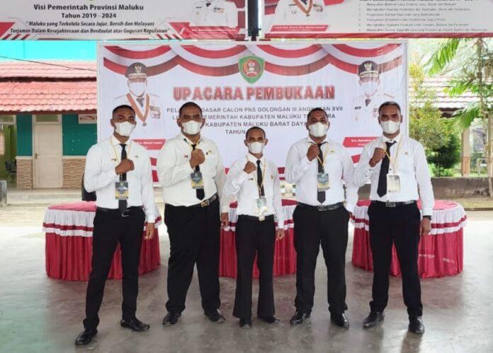 Lima Calon Pegawai Negeri Sipil (CPNS) Kabupaten Maluku Tenggara yang ditempatkan di Sekretariat DPRD setempat, saat mengikuti pelatihan dasar di Ambon. Foto: Dokpri