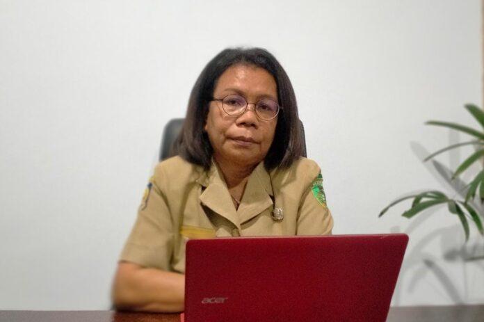Kepala Dinas Kota Tual Enggelina Heatubun diwawancarai di ruang kerjanya, Selasa (28/9/2021). Foto: Labes Remetwa