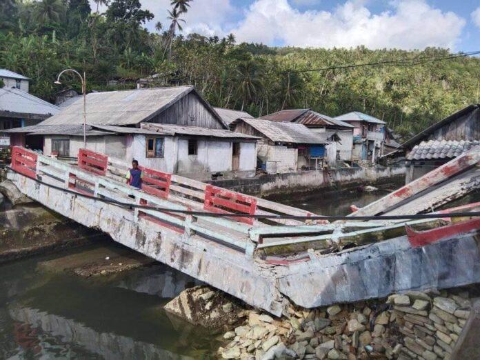 Jembatan Waurtahit di Pulau Kei Besar roboh. Foto: Facebook Yongker Hans (5 Oktober 2021)