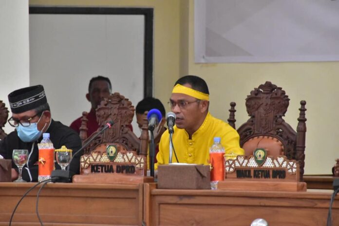 Ketua DPRD Kabupaten Maluku Tenggara Minduchri Kudubun memimpin rapat paripurna istimewa HUT ke-10 Kota Langgur sebagai Ibukota kabupaten. Foto: Bagian Protokoler dan Komunikasi Pimpinan/Icat