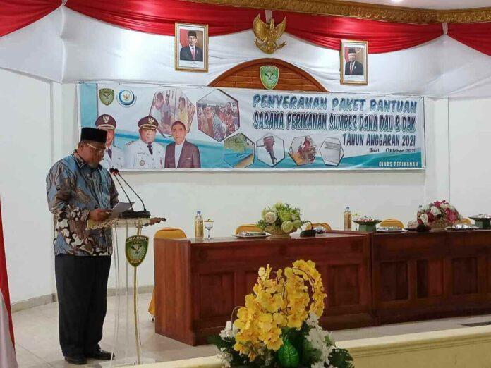 Wali Kota Tual Adam Rahayaan menyampaikan sambutan pada acara penyerahan paket bantuan sarana perikanan di Aula Kantor Walikota Tual, Selasa (12/10/2021). Foto: Labes Remetwa